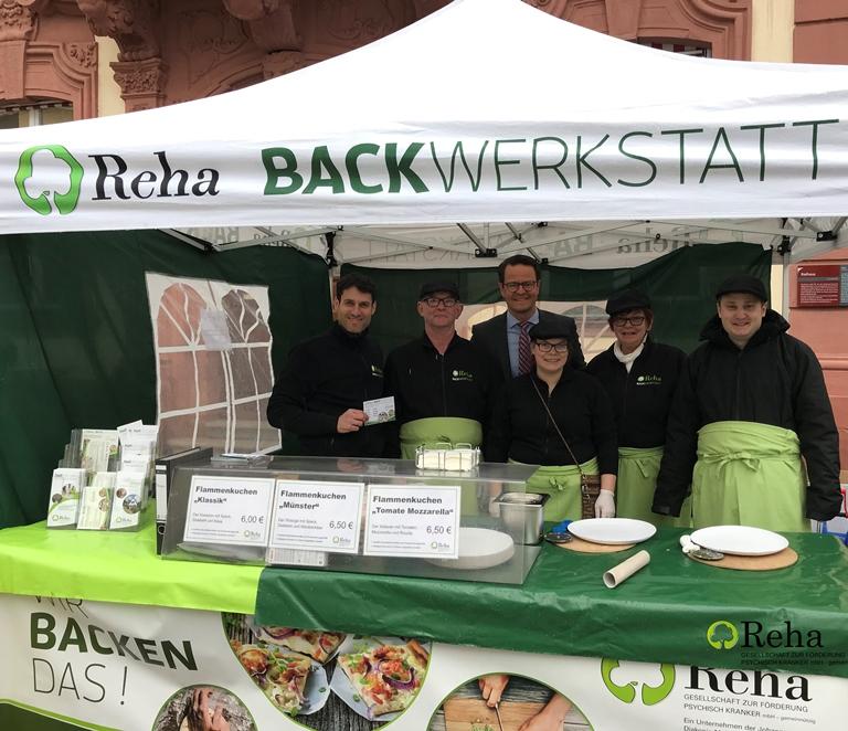 Oberbürgermeister Marco Steffens genießt Flammenkuchen der Reha